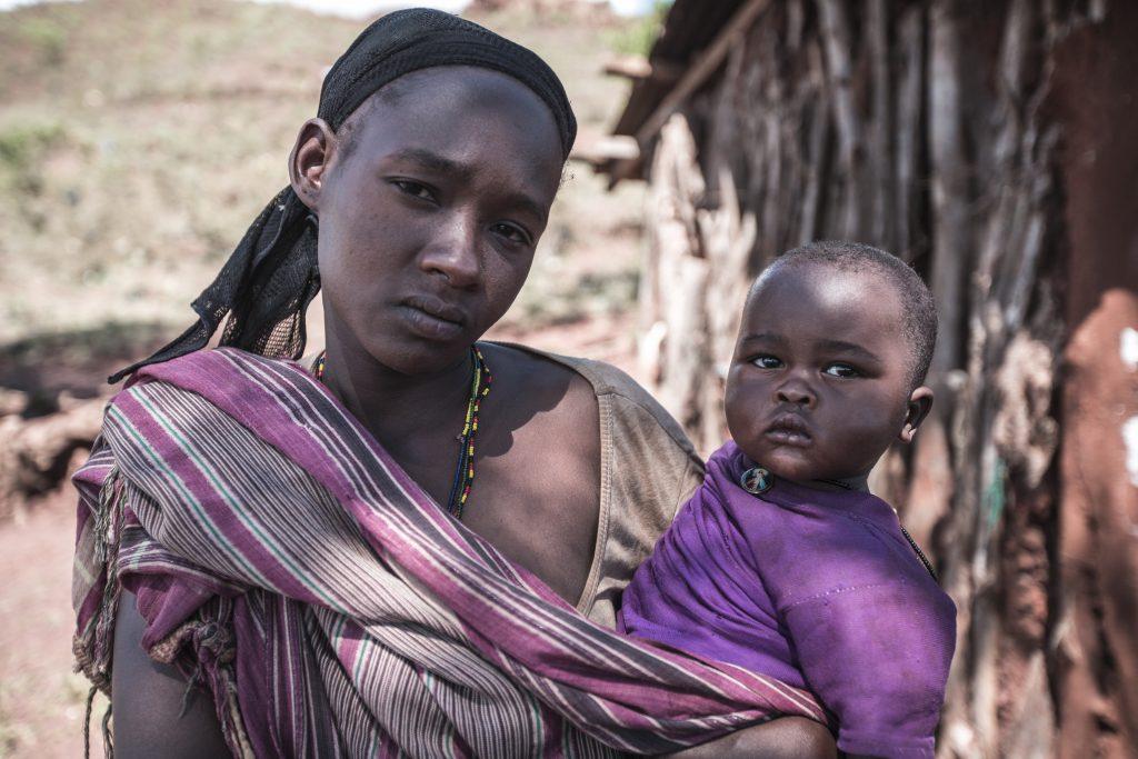 Kvinna med ett barn i hennes famn.