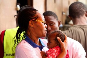 Teresa Ngigi håller ett litet barn i famnen.