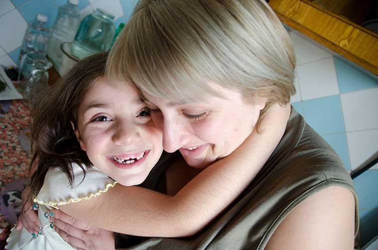 innerlig kram till mamma från glad flicka