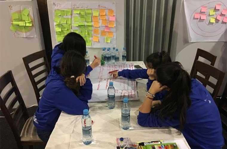 ungdomar i blå tröjor har workshop