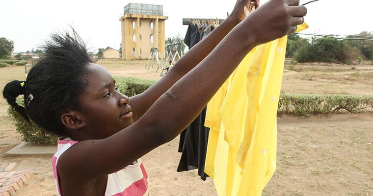 flicka hänger tvätt