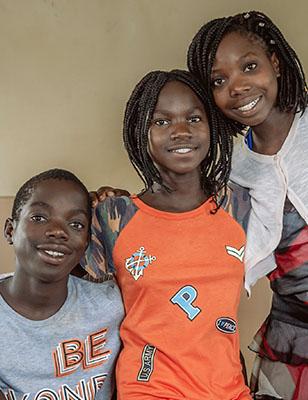 tre ungdomar ler